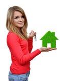 Flickor som rymmer i grönt hus för händer Arkivfoto