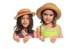 flickor som rymmer little ståendetecken Arkivfoton