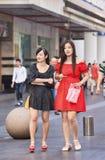 Flickor som söker för uppmärksamhet i centret, Shanghai, Kina Arkivbilder