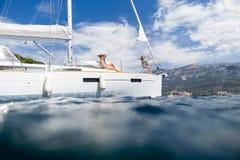 Flickor som seglar, och semester för fotografihavskryssning Fotografering för Bildbyråer
