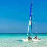 Flickor som seglar på en katamaran på Varadero, sätter på land i Kuba fotografering för bildbyråer