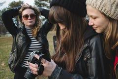 Flickor som ser bilder Royaltyfria Foton