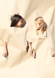 Flickor som ser till och med hål arkivfoton
