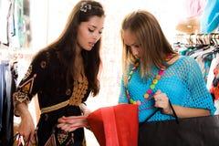 flickor som shoppar två Arkivbild