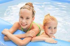 Flickor som simmar i pölen arkivfoton