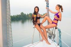 Flickor som simmar på yachten royaltyfri fotografi