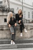Flickor som sitter p? springbrunnen Sommaren semestrar begrepp fotografering för bildbyråer