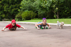 Flickor som Skateboarding Royaltyfri Bild