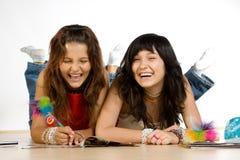flickor som skrattar tonårs- två royaltyfri bild