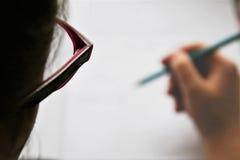 Flickor som skriver något exponeringsglas i fokus fotografering för bildbyråer