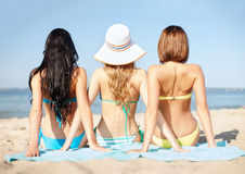 Flickor som solbadar på stranden Royaltyfri Bild