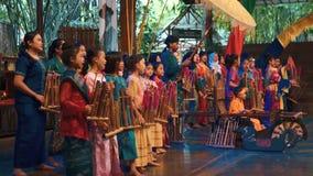 Flickor som spelar angklung under konsertshow arkivfilmer