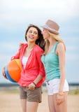 Flickor som spelar bollen på stranden Fotografering för Bildbyråer