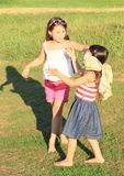Flickor som spelar en lek Arkivfoton