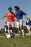 Flickor som spelar fotboll Royaltyfria Bilder