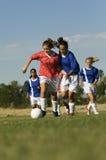 Flickor som spelar fotboll Arkivbild