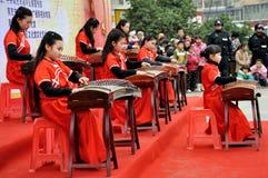 Flickor som spelar Guzheng på lyktafestival Royaltyfria Foton