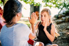 Flickor som spelar handen som applåderar leken Arkivfoton