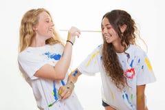 Flickor som spelar målning Fotografering för Bildbyråer