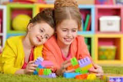 Flickor som spelar med färgrika kvarter Royaltyfri Bild
