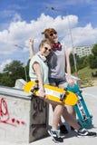 Flickor som spenderar tid i skridskon, parkerar royaltyfria bilder