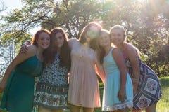 Flickor som står samman med träd i bakgrunden Royaltyfri Fotografi