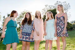 Flickor som står samman med träd i bakgrunden Royaltyfria Foton