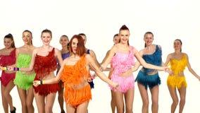 Flickor som synkront dansar i färgrika klänningar lager videofilmer
