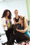 Flickor som talar på idrottshallen Royaltyfri Fotografi