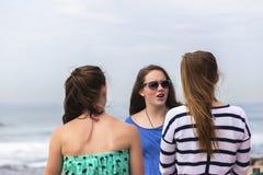 Flickor som talar stranden Fotografering för Bildbyråer