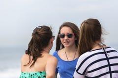 Flickor som talar stranden Arkivbilder
