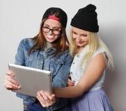 flickor som tar en självstående med en minnestavla Arkivfoto