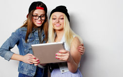 flickor som tar en självstående med en minnestavla Arkivbilder