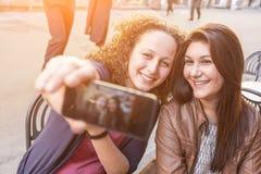 Flickor som tar Selfie Arkivfoton