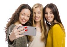 Flickor som tar selfie arkivfoto