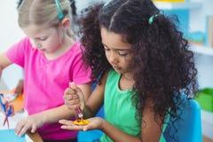 Flickor som tillsammans gör konsthantverk Royaltyfri Foto