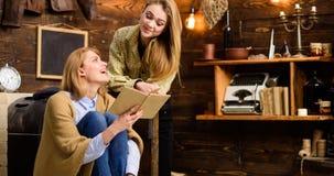 Flickor som tillsammans läser, familjfritidsaktivitet Tonåring som studerar litteratur med hennes mamma, hem- utbildningsbegrepp Royaltyfri Foto