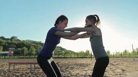 Flickor som tillsammans squatting, crossfit arkivfilmer