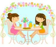 Flickor som utanför dricker fruktsaft Royaltyfria Bilder