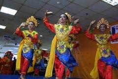 Flickor som utför traditionell indonesisk dans arkivfoto