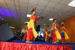 Flickor som utför traditionell indonesisk dans arkivbilder
