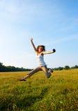 flickor som utomhus hoppar teeage arkivbild