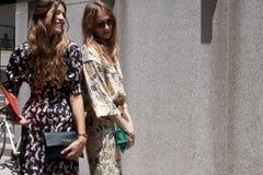Flickor som utomhus pratar i New York Arkivfoton