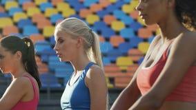 Flickor som värmer upp för konkurrens för titel av den bästa idrottskvinnan av högskolan stock video