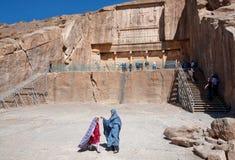 Flickor spelar bredvid den historiska gravvalvet av den persiska konungen royaltyfria bilder