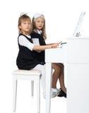 Flickor spelar pianot Fotografering för Bildbyråer