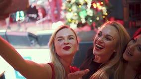Flickor tar selfie på kamerasmartphonen på en konsert lager videofilmer