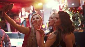 Flickor tar selfie på kamerasmartphonen på en konsert stock video