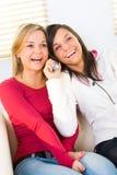 flickor telephone två arkivfoton