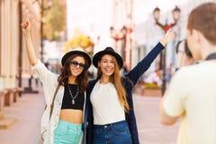 Flickor tillsammans och grabb som skjuter dem med kameran Arkivfoton
